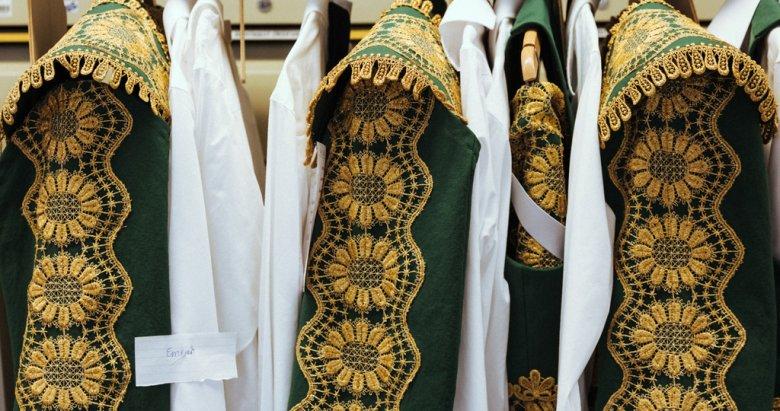 Grün und Gold:Kaum weniger aufwendig als das Kostüm Escamillos sind jene der anderen Toreros. Die Goldborten wurden zuerst aufgeklebt, dann angenäht.