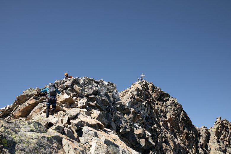 Es ist ein Kreuz mit dem Gipfel … einmal oben, muss man schon wieder hinunter. Und zwar zügig!