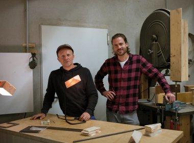 """Ökobilanz blendend: Harald Hofer (li.) und Felix Fehr in der """"Almleuchten""""- Werkstatt bei Innsbruck. Die Maschinen werden mit Ökostrom aus sauberer Wasserkraft betrieben."""