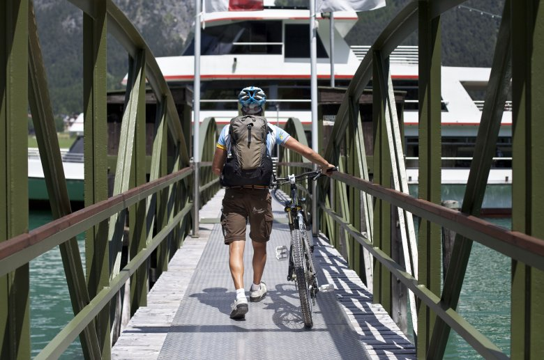 Biken am Achensee mit Achenseebahn und Schiff.