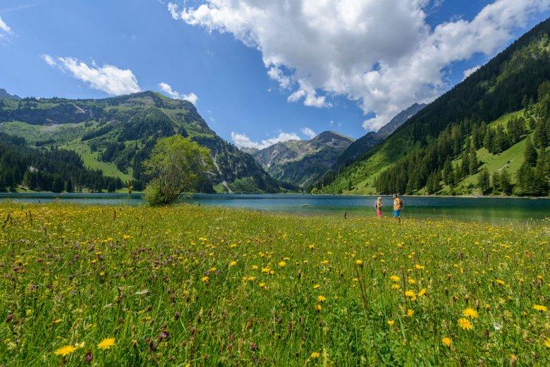 Nach dem Genusswandern noch einen Abstecher zum Villsalpsee: Wer es gerne ruhig angeht, ist im Tannheimer Tal bestens aufgehoben. Foto: TVB Tannheimer Tal