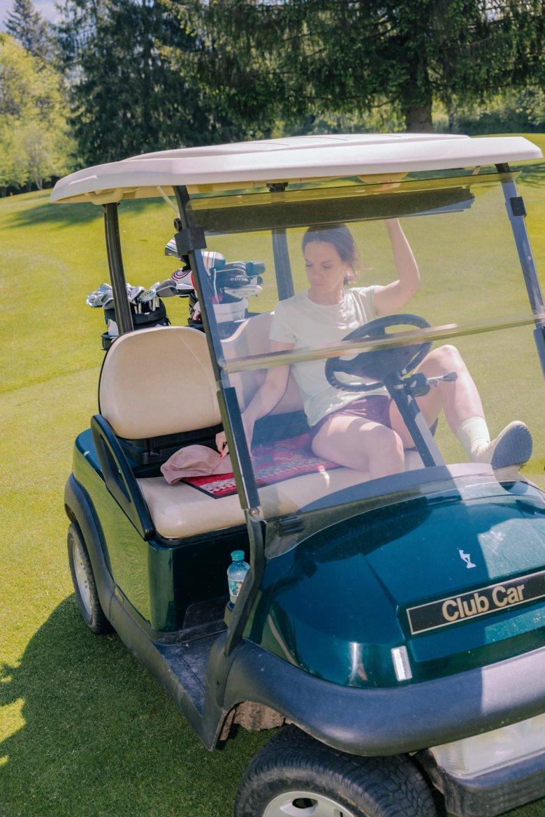 Immerhin kann man einige Strecken mit dem Golf Caddyzurück legen.