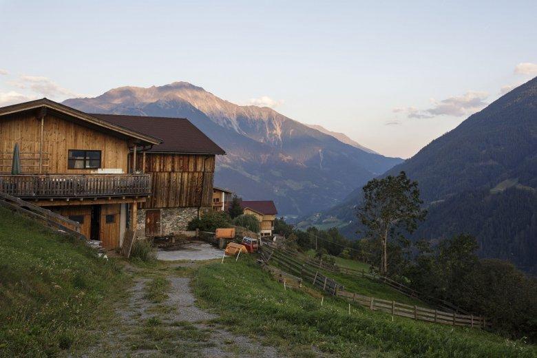 Der Bio- und Gesundheitsbauernhof Bartlerhof in Osttirol bietet Tautreten am Morgen an. , © Tirol Werbung.