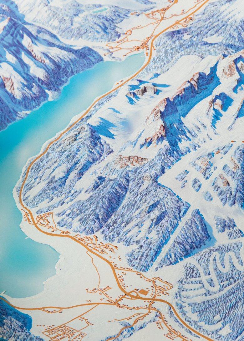 Vogelperspektive auf den Achensee und das Rofangebirge. Pisten und Skihütten werden meist später von den Tourismusverbänden eingefügt. Schnee findet Heinz Vielkind übrigens langweilig zum Malen. Bäume eignen sich viel besser, um die Topografie darzustellen.