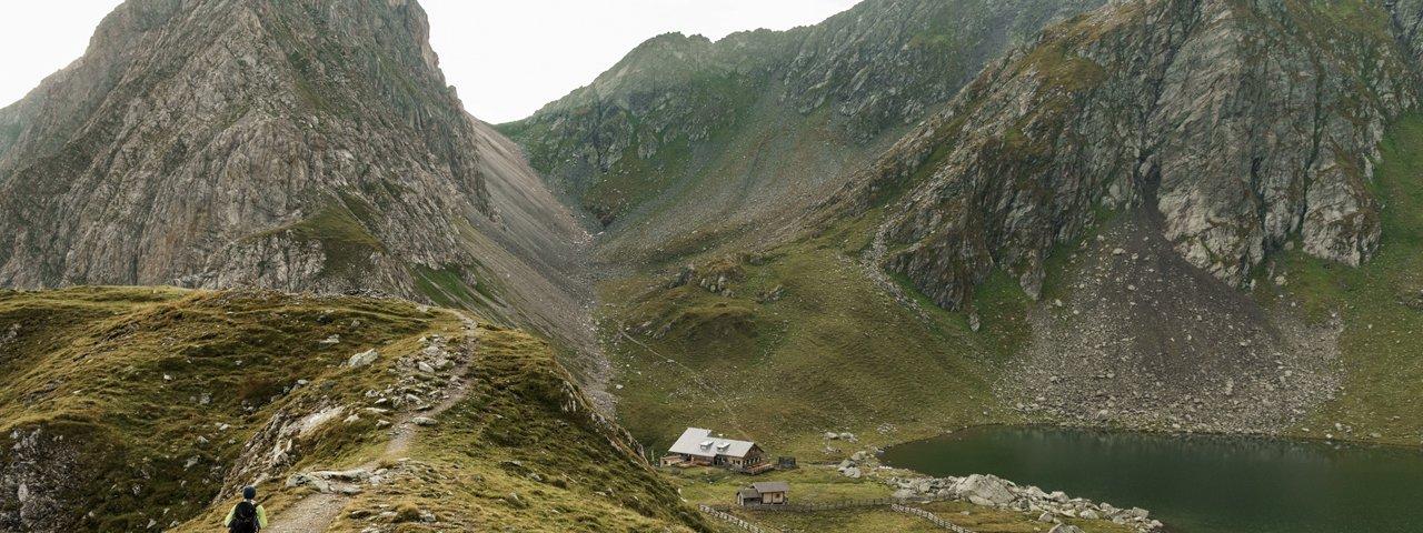 Am Karnischen Höhenweg entlang zur Obstanserseehütte, © Tirol Werbung / Sebastian Schels.