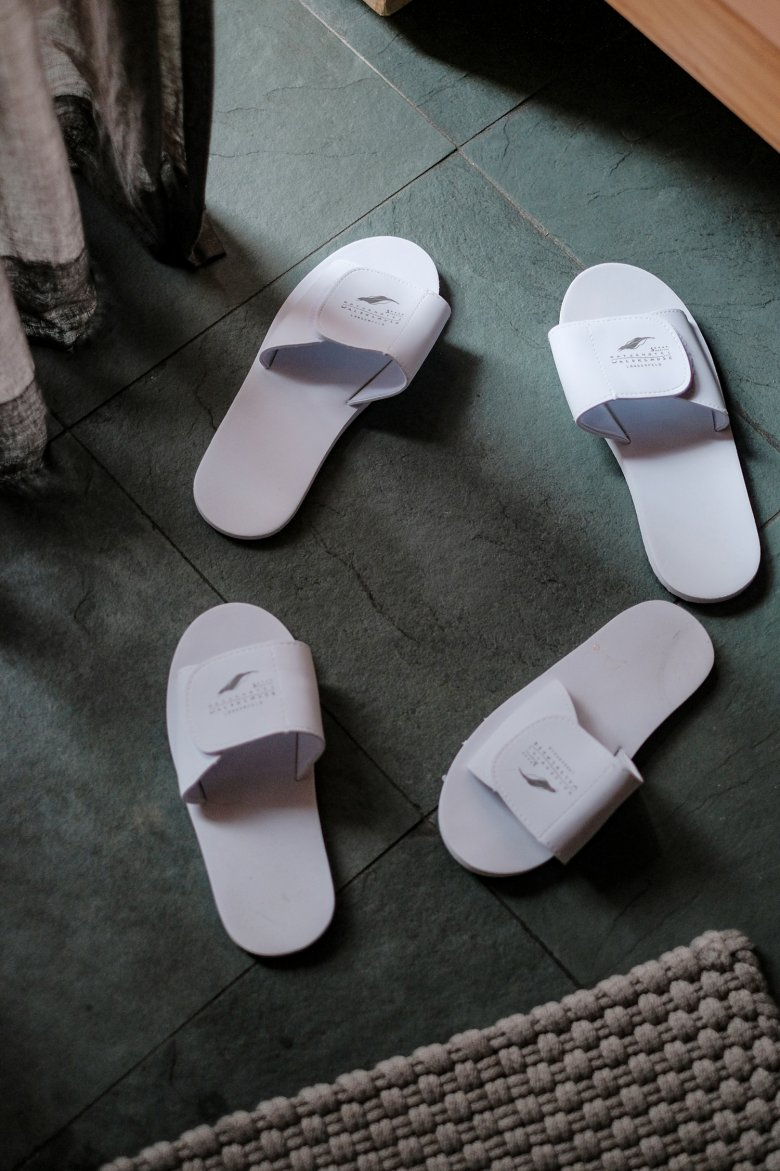 Weil es sie nur in Plastik verschweißt gab, wurden für die Pantoffeln im Hotel Waldklause…
