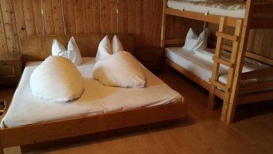 Doppelbett und Stockbett im Erdgeschoss