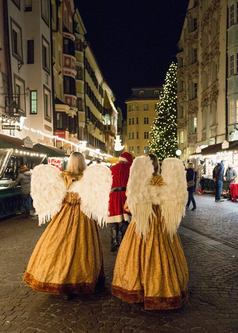 Auch auf Weihnachtsengel und den Nikolaus kann man am Innsbrucker Weihnachtsmarkt treffen. Foto: Lisa Hörterer