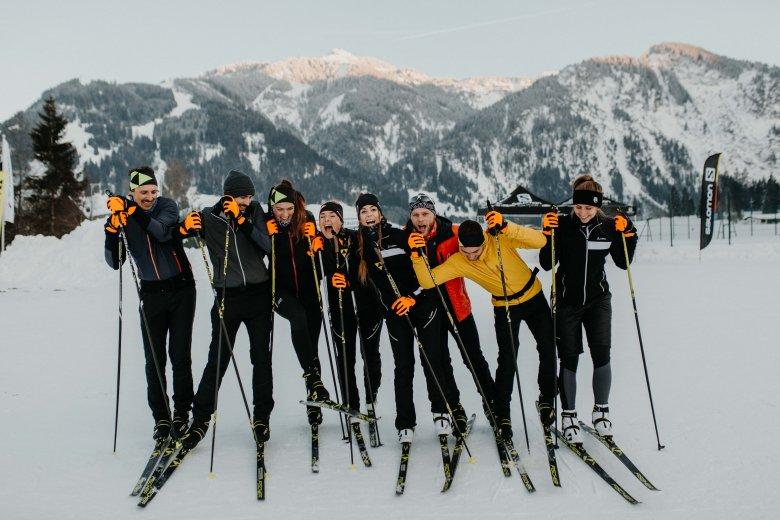 """Gleichgewichtsübungen beim Gruppenfoto sorgen für Spaß beim Nordic Team Tirol. Hier gilt: """"Wenn wir schief steh'n, wird's schon schief geh'n."""""""