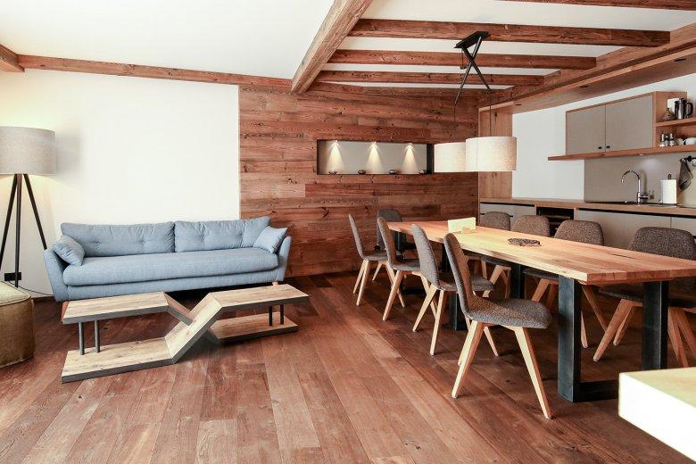 Hochwertig ausgestattete Suiten, zurückhaltende Farben, Ruhe und der Geruch von Holz.