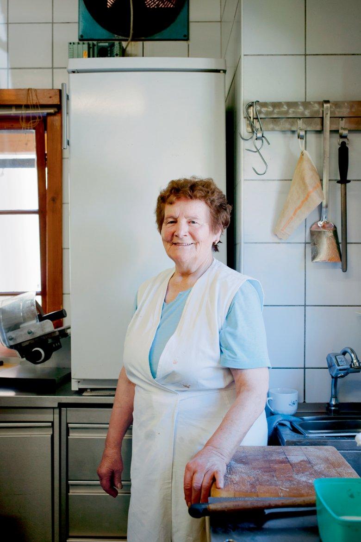 Maria Zingerle in der kleinen Küche des Alpengasthofs, in dem sie seit über 50 Jahren kocht.