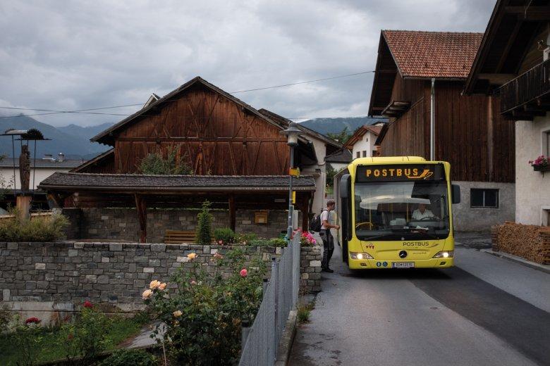 6.45 UHR Morgenroutine: Ein Lehrling steigt in Landeck in den ersten Bus.