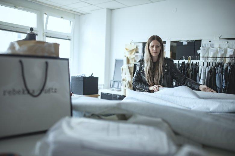 Rebekka Ruetz setzt auf Materialmix und Nachhaltigkeit. Manche Stoffe aus früheren Kollektionen finden in neuen Kombinationen wieder Eingang in aktuelle Entwürfe.