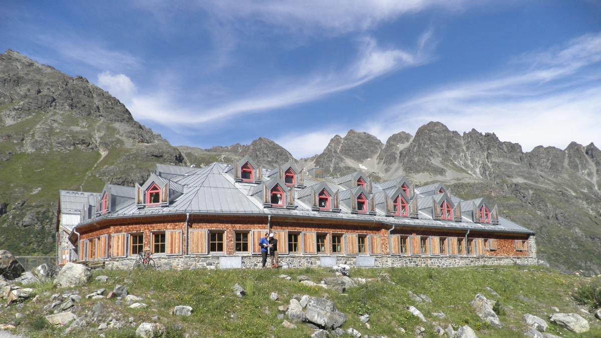Die Jamtalhütte, heute ein Ausbildungszentrum des Deutschen Alpenvereins und natürlich weit mondäner als der Vorgängerbau vor gut 90 Jahren, war ein Stützpunkt während Ernest Hemingways ausgedehnten Silvretta-Skitouren., © Jamtalhütte