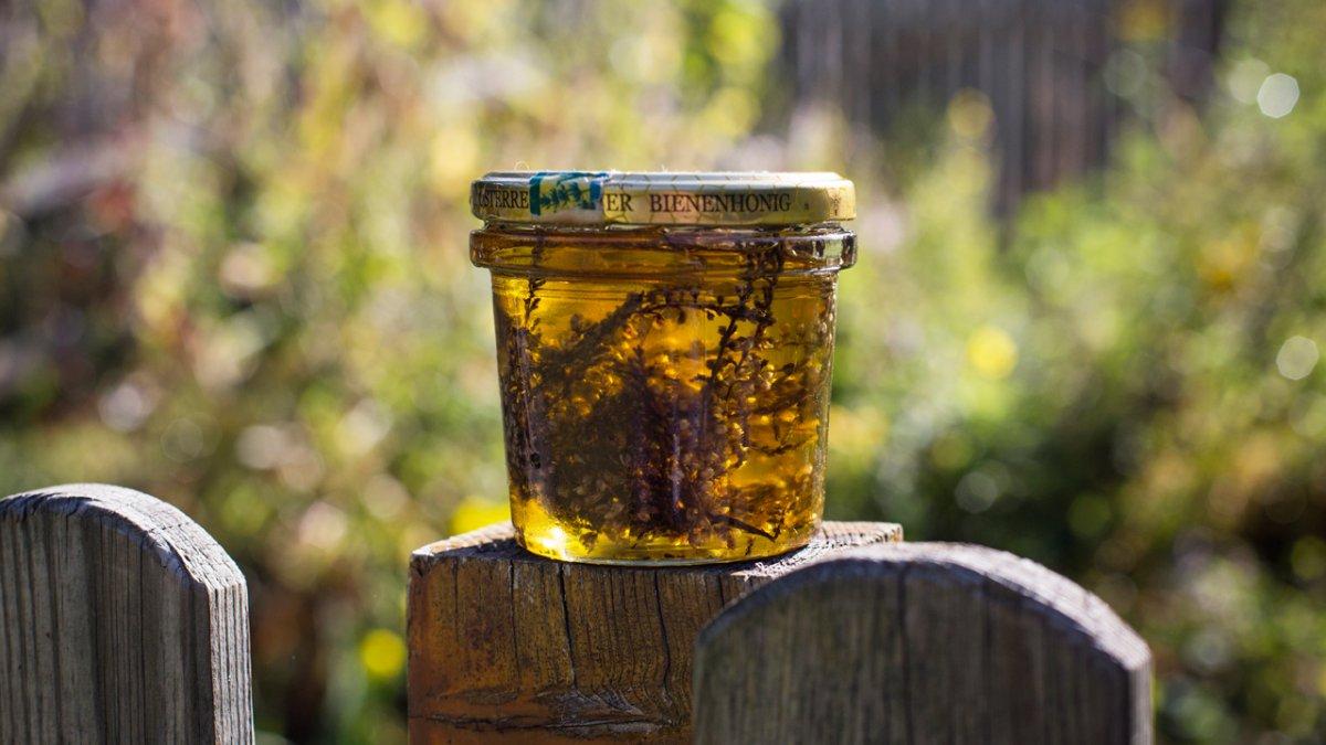 Aus ihren Kräutern macht Elisabeth Maaß Öle, Salben, Tees, Schnaps und Pesto., © Tirol Werbung/Lisa Hörterer