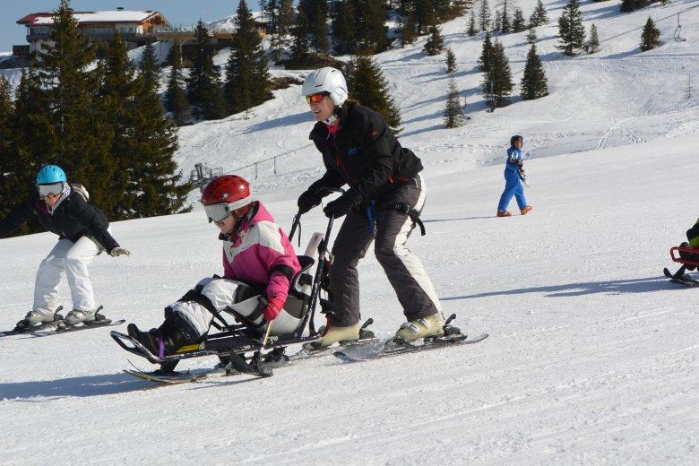 Alexandra (links im Bild) begleitet ihre Tochter Annabel beim Monoskikurs. (Foto: Michael Gams)