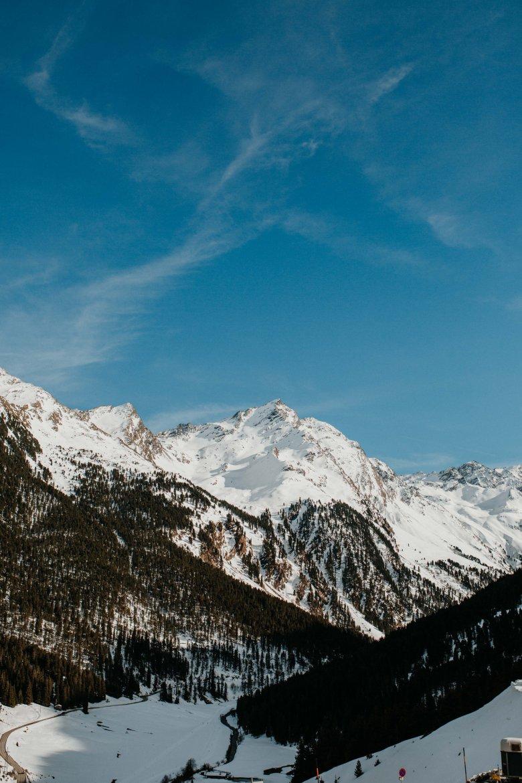 Blick vom Balkon des Alpengasthof Praxmar auf die mächtigen Gipfel im Lüsenstal.