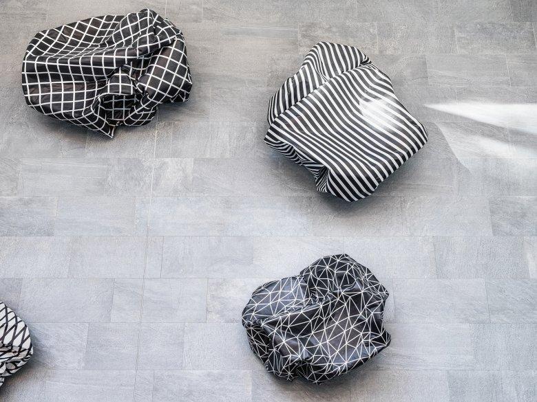 Kunst zum Anfassen: Sitzobjekte von Esther Stocker.