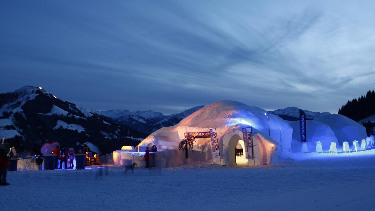 30 Tonnen Eis, 2.000 Meter Kabel und jede Menge cooler Events – das Alpeniglu Dorf in Hochbrixen besteht aus 18 eisigen Behausungen und der dazugehörigen Gastronomie., © Alpeniglu