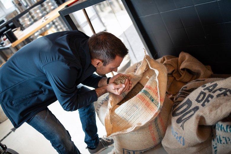 Kurt macht die Geruchsprobe bei den ungerösteten Kaffeebohnen.