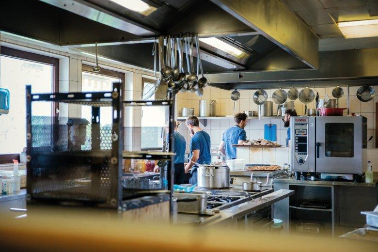 Kochzeit: Mittags herrscht Hochbetrieb in der Küche vom Meilerhof: Weil auf Fertigprodukte verzichtet wird, ist noch mehr Handarbeit gefragt. , © Tirol Werbung / Verena Kathrein