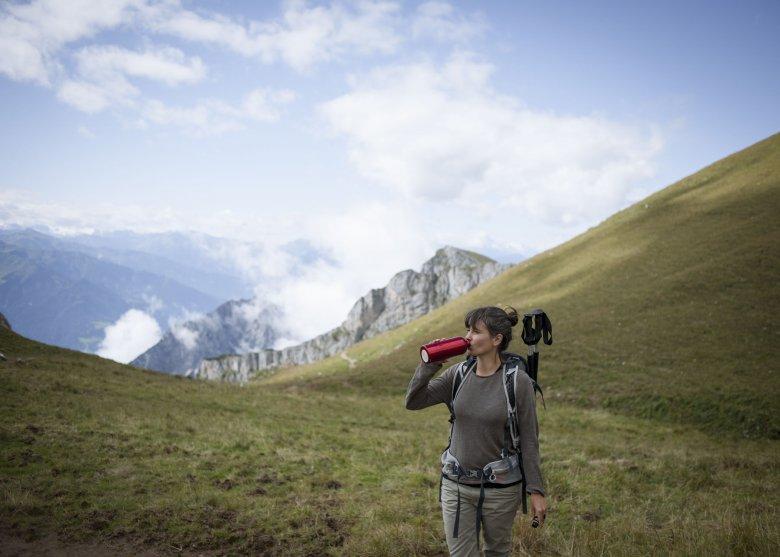 Auch beim Wandern in den Brandenberger Alpen, immer wieder einen Schluck Wasser zu sich nehmen.