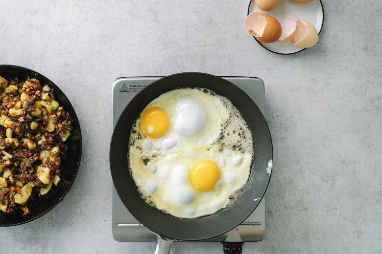 Schritt 3: Spiegeleier in Butter anbraten und das fertige Gröstl mit Spiegeleiern anrichten.