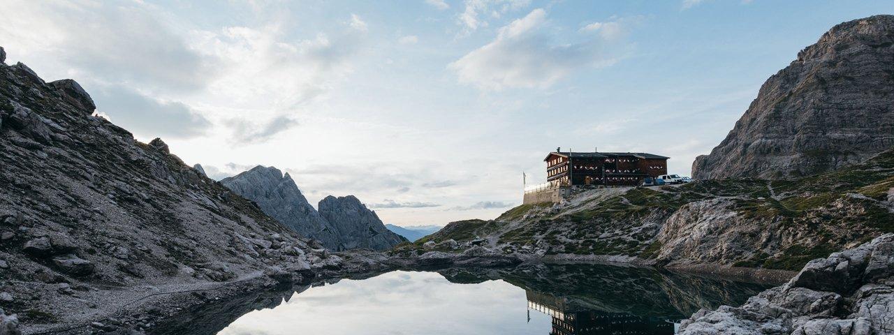 Die Karlsbader Hütte am Laserzsee, © TVB Osttirol / AlpinPlattform Lienz / Sam Strauss Fotografie