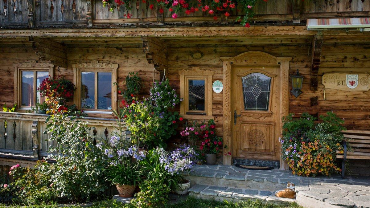 Ein typischer Brixentaler Hof aus dem 19. Jahrhundert mit Sinn für Ornamentik., © Tirol Werbung/Lisa Hörterer