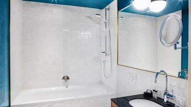 Stage 12 Badezimmer mit Badewanne
