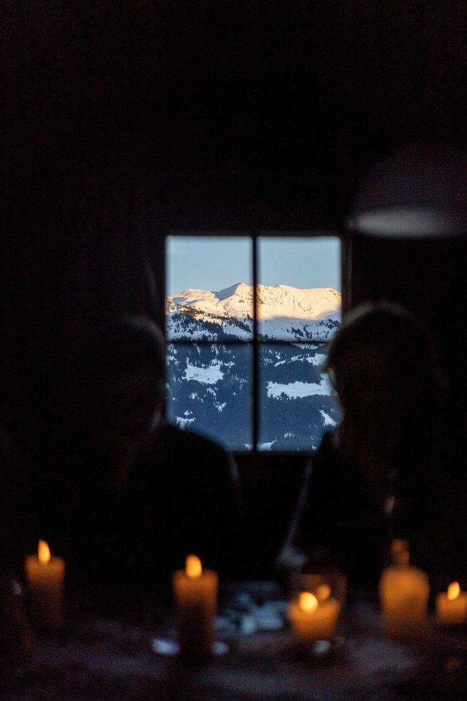 Kerzenschein und Sonnenuntergang: Blick auf die Kitzbüheler Alpen.
