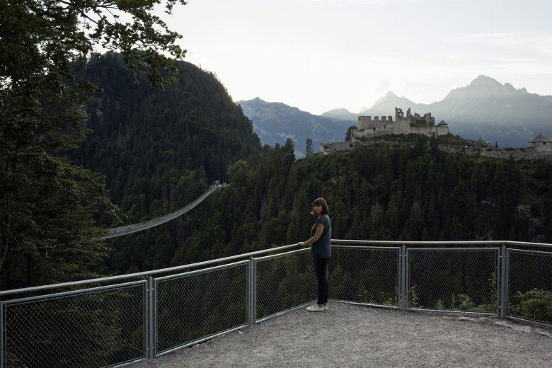 Von der Aussichtsplattform in Reutte hat man einen guten Blick auf die Highline 179 und die Burg Ehrenberg. Foto: Tirol Werbung / Hörterer Lisa
