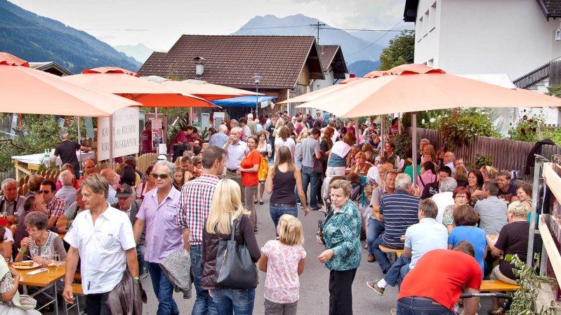 Wenn die Stanzer Zwetschke gefeiert wird, ist der Bauernmarkt immer gut besucht, © Archiv TVB TirolWest/Stefan Ostermann