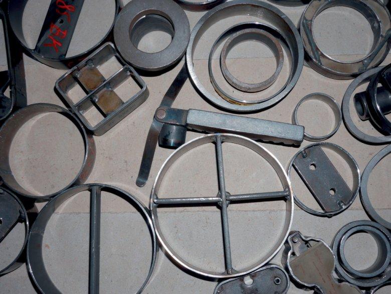 Von den alten Stanzschablonen für die Fernglasköcher von Swarovski Optik kann Schmarda sich nicht trennen.
