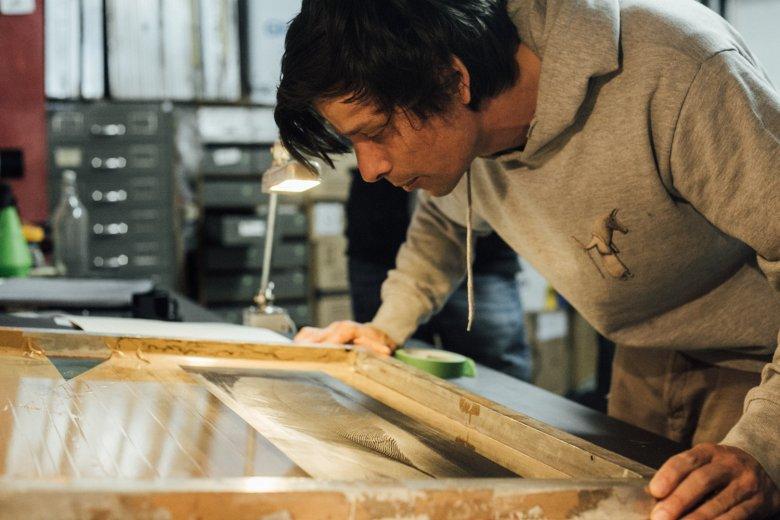 Lukas bedruckt Holzfurniere für die Snowboards von Benoît.