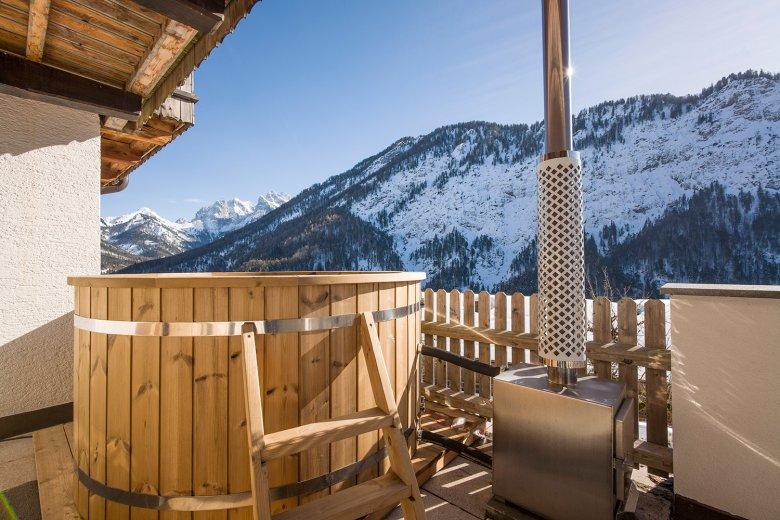Berg'k'hof – Holzbadefass mit Blick auf das Kaisergebirge. Foto: Hannes Dabernig