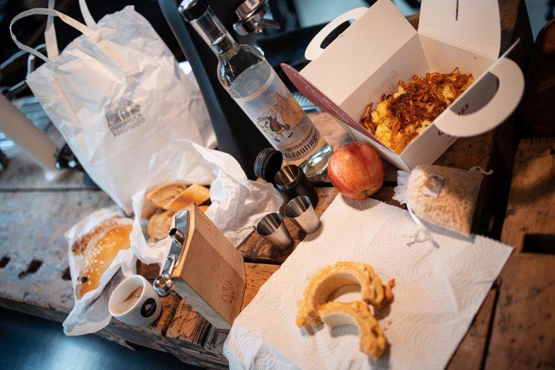 Fette Beute: Die Überbleibsel der Food-Tour kommen als Proviant in die Tüte.