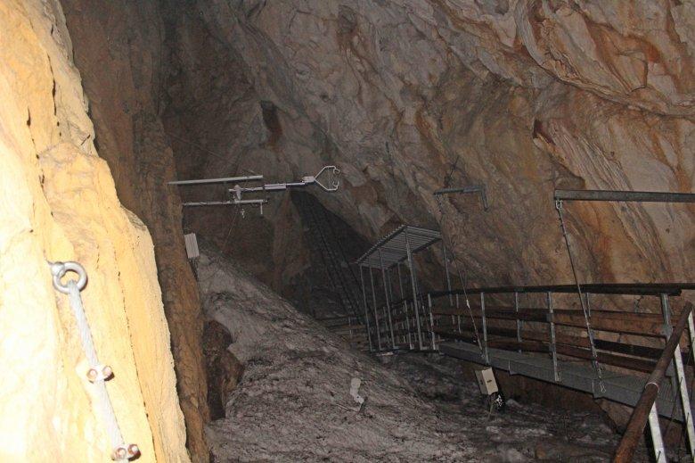 Im Rahmen einer Führung könnt ihr die Hundalm Höhle erforschen.