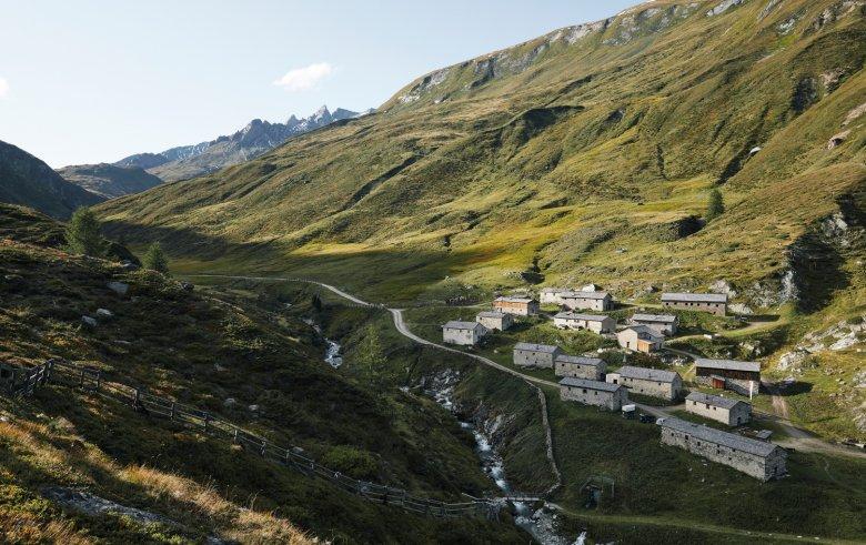 """Heute besitzen Südtiroler Bauern das Weiderecht für die Jagdhausalm. Im Sommer werden hier knapp 350 Kühe, wie es heißt, """"gealpt""""."""