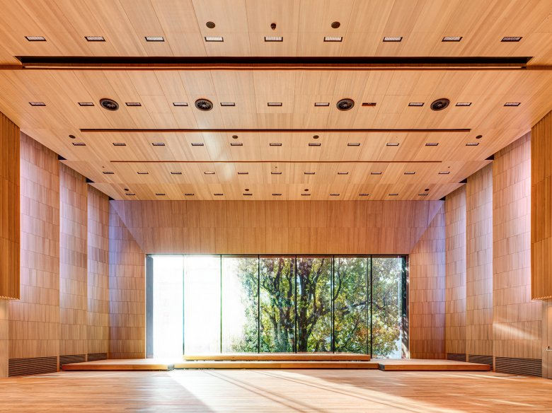 """Der """"große Saal"""" riecht nach Eiche und fasst 500 Zuschauer. Die perfekte Akustik eignet sich für Konzerte, Lesungen und Orchesterproben. Kein Geräusch von draußen dringt in den Saal."""