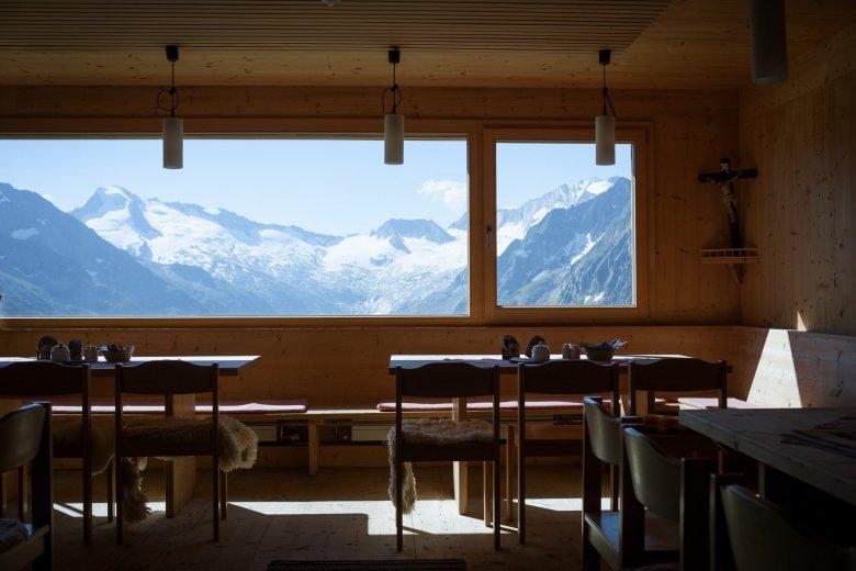 2007 wurde die Olperer Hütte nach den Plänen des Architekten Hermann Kaufmann neu gebaut. Eines der Highlights ist das riesige Panoramafenster im Speisesaal, das einen spektakulären Blick auf die Tuxer Alpen eröffnet.