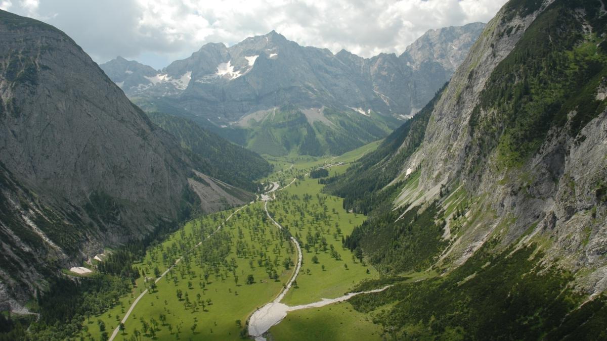 Umgeben von majestätischen Felswänden stehen mitten im Naturpark Karwendel 2.000 Ahornbäume, teilweise über 500 Jahre alt. Der Große Ahornboden befindet in der Eng auf einer Hochebene auf 1.200 Meter Meereshöhe. Er ist zu jeder Jahreszeit ein Erlebnis., © Alpenpark Karwendel/G.Haslwanter