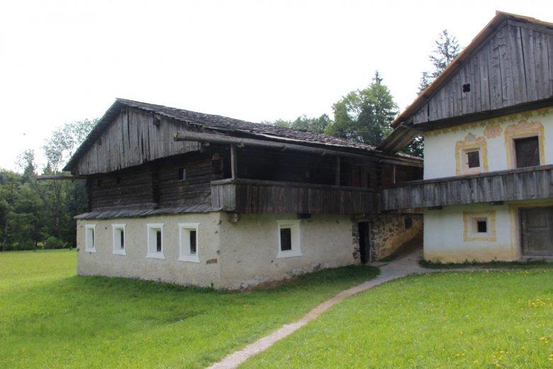 """""""Alter Segger"""", zwischen 1370 und 1420, aus Kartisch. Ein typischer Osttiroler Haufenhof, Wohnhaus und Wirtschaftsgebäude stehen unregelmäßig zueinander."""