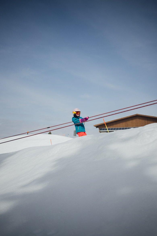 Wie am Fließband: Über Bänder geht es wieder den Berg hinauf. Gerade für kleinere, ungeübte Kinder wäre Schleppliftfahren für den Anfang zu schwer.