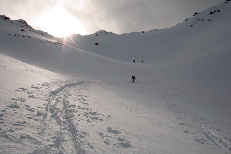 Aufstieg ins Gegenlicht: auf halber Strecke zum Gipfel des Wassertalkogels.