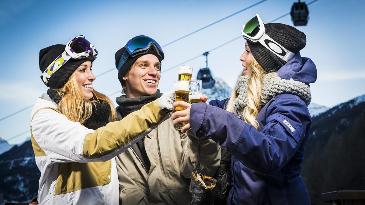 Wer viel sportelt, braucht auch viel Entspannung und Unterhaltung – und mit ein bisschen Glück läuft einem in Sölden auch der eine oder andere Superstar des Skizirkus über den Weg., © Ötztal Tourismus/Rudi Wyhlidal