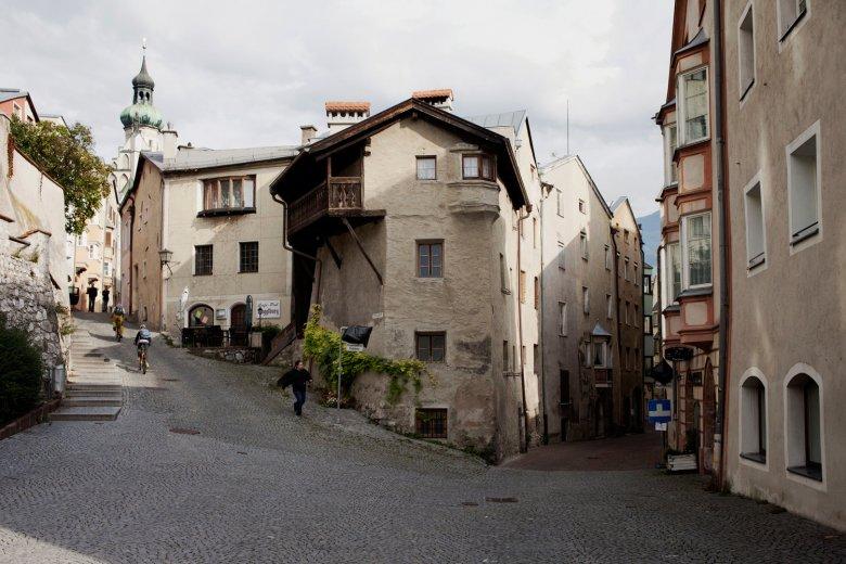 Verwinkelte Gassen gibt es viele in der Altstadt von Hall. , ©  Tirol Werbung, Verena Kathrein