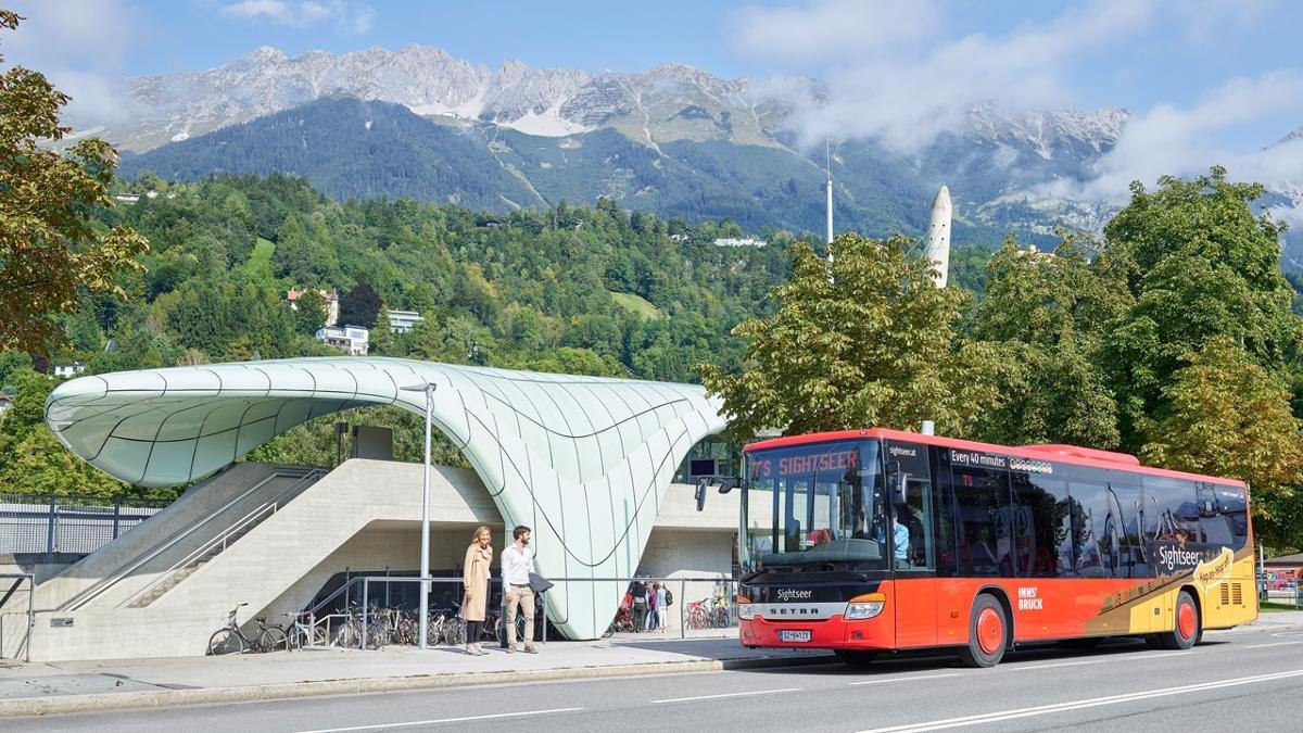 """""""Sightseer"""" nennt sich der Bus, der Innsbruck-Urlauber zu den Highlights der Stadt bringt: zu den Museen etwa, zur Bergisel-Schanze oder zum Schloss Ambras. Einen Audioguide gibt's dazu. Das Prinzip: Hop-on/Hop-off. Das Ticket: 24 Stunden lang gültig., © Innsbruck Tourismus"""