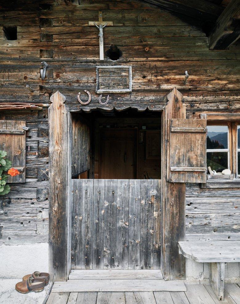 Die Eingangstür der Hochstallalm ist schlicht gehalten. Die Arbeit hört nie auf, und der Sommer ist in den Bergen kurz.