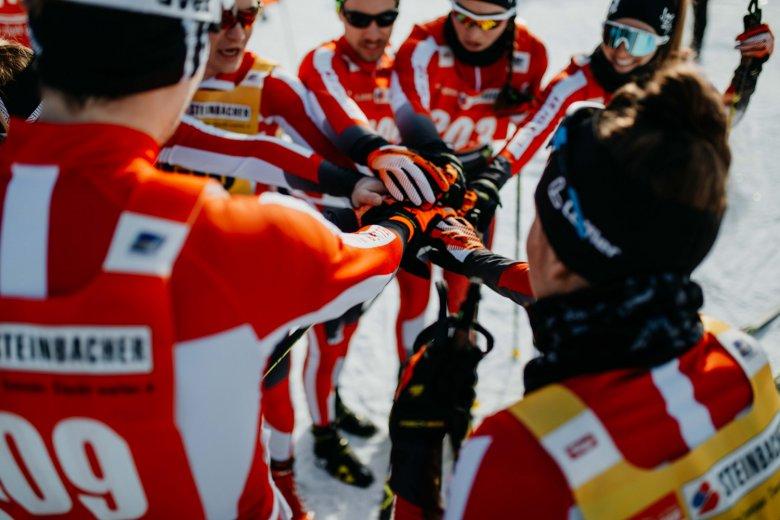 Einschwören auf den Wettkampf - das Nordic Team Tirol bringt sich in Stimmung.